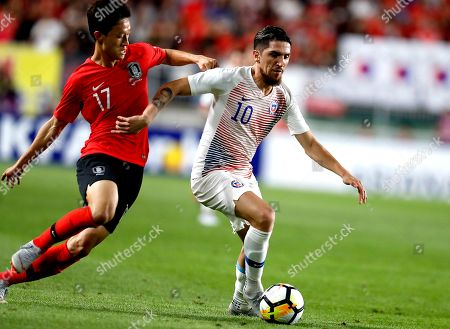 Diego Valdes (R) of Chile in action against Lee Jae-sung (L) of South Korea during the International Friendly soccer match between South Korea and Chile at the Suwon World Cup Stadium in Gyeonggi-do, South Korea, 11 September 2018.