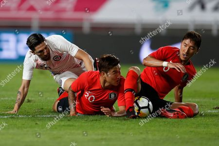 Diego Valdes (L) of Chile in action against Jang Hyun-soo (C) and Jung Woo-young (R) of South Korea during the International Friendly soccer match between South Korea and Chile at the Suwon World Cup Stadium in Gyeonggi-do, South Korea, 11 September 2018.