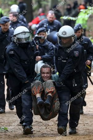 Police remove protesters from Hambach Forest, Kerpen-Manheim