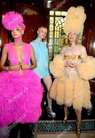 Róisín Murphy (R) with models backstage