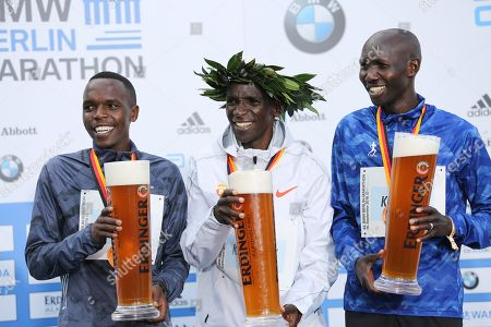 Kenyan Eliud Kipchoge sets a new world record at the marathon in Berlin. He is the first runner to undercut the mark of two hours and two minutes.Kipchoge is the first to complete the classic 42.195 kilometers under 2:02 hours. Second was Kipchoges compatriot Amos Kipruto (2:06:23 hours) ahead of former world record holder Wilson Kipsang (Kenya / 2: 06: 48).