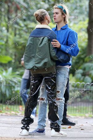 ¿Cuánto mide Justin Bieber? - Altura: 1,73 - Real height - Página 2 Justin-bieber-and-hailey-baldwin-out-and-about-london-uk-shutterstock-editorial-9885270c
