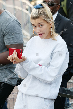 Hailey Baldwin watches Jusin busk outside Buckingham Palace