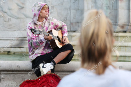 Justin Bieber busking outside for Hailey Baldwin outside Buckingham Palace