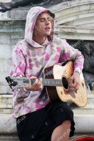 Stock Photo of Justin Bieber busking outside for Hailey outside Buckingham Palace
