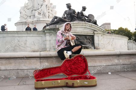 Justin Bieber busking outside for Hailey outside Buckingham Palace