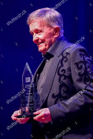 Bill Anderson accepts the Kris Kristofferson Lifetime Achievement Award