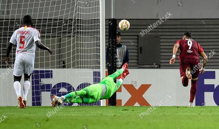 Salzburg's Moanes Dabour (L) scores the first goal against Leipzig's goalkeeper Yvon Mvogo during the UEFA Europa League Group B soccer match between RB Leipzig and FC Salzburg in Leipzig, Germany, 20 September 2018.