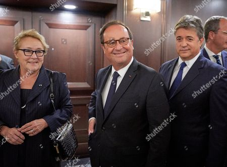 Former French President Francois Hollande (C) walks with the Former Quebec Premier Pauline Marois (L) and Former Newfoundland Premier Brian Tobin (R) during the Women Foreign Ministers' Meeting in Montreal, Canada, 21 September 2018. The meeting of foreign ministers runs on 21 and 22 September.