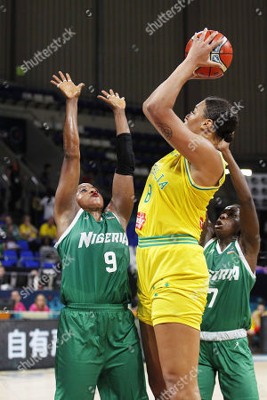 Australia's player Liz Cambage (C) in action against Aisha Mohammed (L) of Nigeria during the match between Australia and Nigeria of the 2018 FIBA Women's Basketball World Cup in Santa Cruz de Tenerife, Canary Islands, Spain, 22 September 2018.