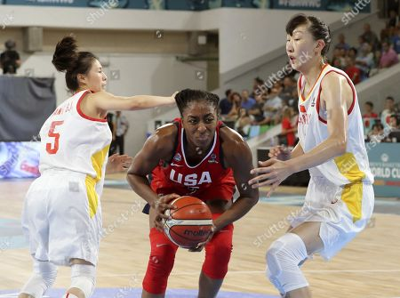 US's player Nneka Ogwumike (C) in action against Xu Han (R) of China during their match at the 2018 FIBA Women's Basketball World Cup in Tenerife, Canary Islands, Spain, 23 September 2018. The FIBA Women's Basketball World Cup runs from 22 to 30 September.