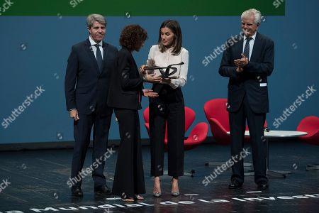 """Queen Letizia delivers the """"V de Vida"""" awards in 2018 to the discoverers of the CRISPR technique, Francisco Martinez Mojica, Jennifer Doudna and Emmanuelle Charpentier"""