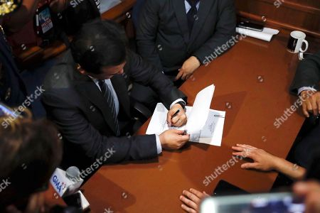 Philippine Senator Antonio Trillanes IV (C), a former military mutiny leader, signs documents as he posts bail for an arrest warrant at a trial court in Makati City, south of Manila, Philippines, 25 September 2018. A Makati City regional trial court issued an arrest warrant for Trillanes on 25 September, in relation to rebellion charges against him during the term of former President Gloria Macapagal-Arroyo. Philippine President Rodrigo Duterte, through a proclamation signed on 31 August, revoked the amnesty granted to Trillanes in relation to his involvement in military uprisings against former President Macapagal-Arroyo.