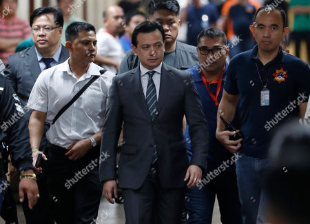 Philippine Senator Antonio Trillanes IV (C) returns to the Senate building after posting bail for an arrest warrant in Pasay City, south of Manila, Philippines, 25 September 2018. A Makati City regional trial court issued an arrest warrant for Trillanes on 25 September, in relation to rebellion charges against him during the term of former President Gloria Macapagal-Arroyo. Philippine President Rodrigo Duterte, through a proclamation signed on 31 August, revoked the amnesty granted to Trillanes in relation to his involvement in military uprisings against former President Macapagal-Arroyo.