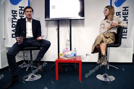 Former Russian State Duma deputy and opposition leader Dmitry Gudkov (L) and Russian celebrity TV host, journalist and former presidential candidate Ksenia Sobchak (R) attend the opening of headquarters of new opposition party 'Party of Changes' in Moscow, Russia, 25 September 2018.