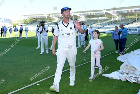 Jonathan Trott acknowledges the crowd