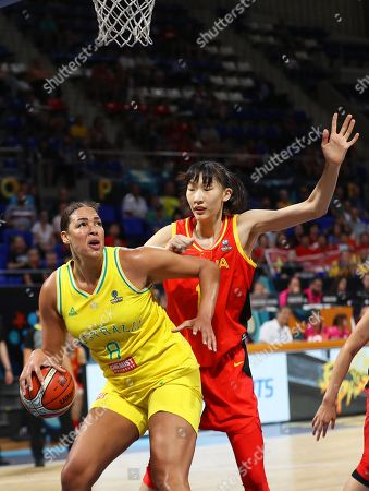 Australia's Liz Cambage (L) in action against China's Han Xu (R) during the 2018 FIBA Women's Basketball World Cup quarter final match between Australia and China in San Cristobal de La Laguna, Canary Islands, Spain, 28 September 2018.