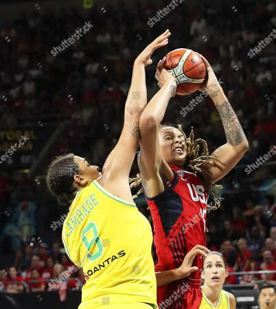 Brittney Griner (R) of the USA in action against Australia's Liz Cambage (L) during the 2018 FIBA Women's Basketball World Cup final between Australia and the USA in San Cristobal de La Laguna, Canary Islands, Spain, 30 September 2018.