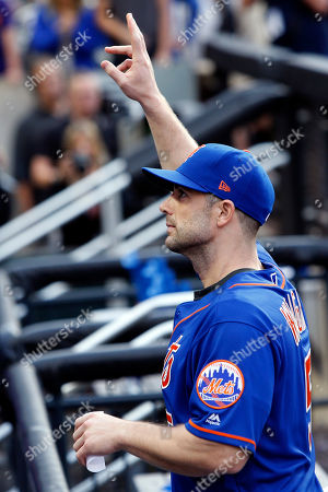 New York Mets' David Wright waves to the crowd after a baseball game against the Miami Marlins, in New York