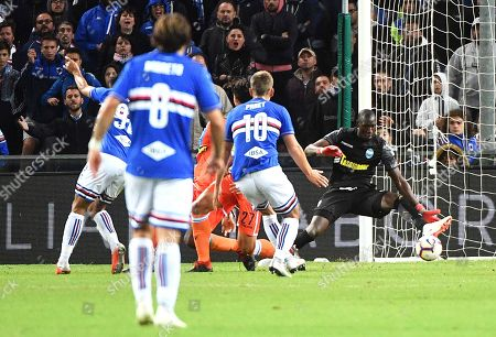 Spal's goalkeeper Alfred Gomis (R) tries to save a goal during the Italian Serie A soccer match between UC Sampdoria and S.P.A.L. at the Luigi Ferraris stadium in Genoa, Italy, 01 October 2018.