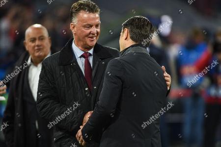 Louis van Gaal begruesst Cheftrainer Niko Kovac (FC Bayern Muenchen), FC Bayern Muenchen - Ajax Amsterdam, Football, Champions League, 02.10.2018