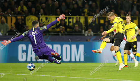 Dortmund's Jacob Bruun Larsen (R) scoring the first goal against Monaco's goalkeeper Danijel Subasic (L) during the UEFA Champions League Group A soccer match between Borussia Dortmund and AS Monaco in Dortmund, Germany, 03 October 2018.