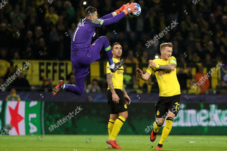 Monaco's goalkeeper Danijel Subasic (L) in action with Dortmund's Marco Reus (R) during the UEFA Champions League Group A soccer match between Borussia Dortmund and AS Monaco in Dortmund, Germany, 03 October 2018.
