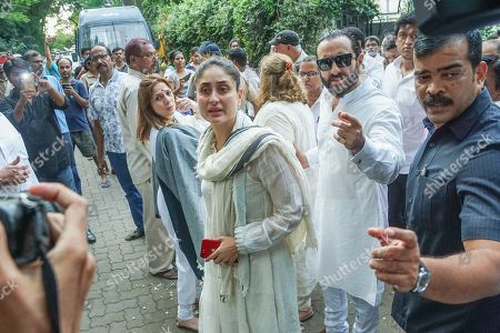 Bollywood actors Kareena Kapoor and Saif Ali Khan during Krishna Raj Kapoor Funeral Procession at Chembur