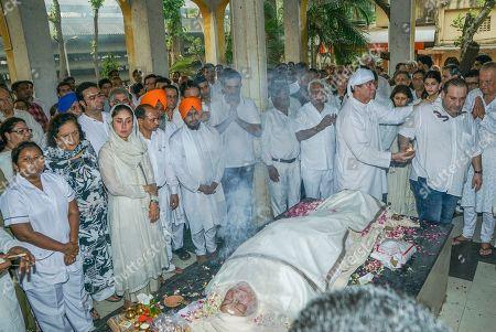 Bollywood actors Randhir Kapoor, Kareena Kapoor, Rajiv Kapoor, family members and family friends during Krishna Raj Kapoor funeral at Chembur