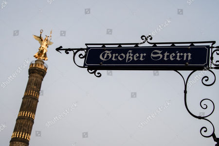 A road sign with the name 'Grosser Stern' (great star) is pictured in front of the Victory Column with the statue Victoria in Berlin, Germany, 04 October 2018. Media report, German politician Burkard Dregger of the Christian Democratic Union (CDU) proposes to rename the Grosser Stern rotary into Helmut-Kohl-Platz (Helmut Kohl square). Former German chancellor Helmut Kohl, who often is regarded by supporters as the architect of the German reunification, deceased in 2017.