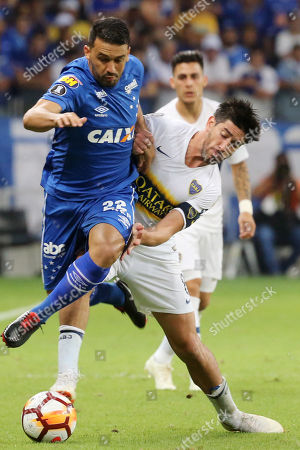 Pablo Javier Perez (R) of Boca Juniors vies for the ball with Edilson Mendes (L) of Cruzeiro during the Copa Libertadores soccer match between Cruzeiro and Boca Juniors at the Mineirao Stadium in Belo Horizonte, Brazil, 04 October 2018.