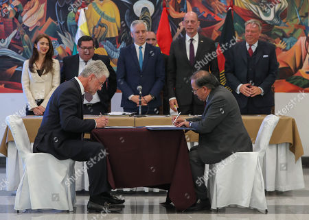 The presidents of the state Bolivian Lithium Deposits (YLB), Juan Carlos Montenegro (R), and the German ACI Systems, Wolfgang Schmutz (L), sign an agreement to form a joint partnership dedicated to the exploitation oflithium in the Salar de Uyuni's salt flat, in the presence of the vice president of Bolivia, Alvaro Garcia Linera (C-back), and Minister Wolfgang Tiefensee (2nd R-back) of the German State of Thuringia, in La Paz, Bolivia, 05 October 2018. The state Bolivian Lithium Deposits (YLB) will contribute 51% and the German ACI Systems 49% of the joint partnership that is expected to be formally constituted from the end of this year.