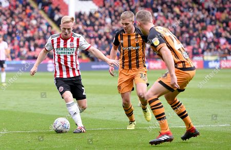 Mark Duffy of Sheffield United takes on Stephen Kingsley and Daniel Batty of Hull City