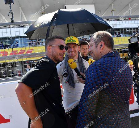 07.10.2018, Suzuka International Racing Course, Suzuka, Formula 1 2018 Honda Japanese Grand Prix   ,  Lukas Podolski begruesst Nico Huelkenberg (GER#27), Renault Sport F1 Team, daneben RTL Kommendayoal Kai Ebel