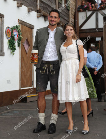 Bayern Munich's Mats Hummels (L) and his wife Cathy pose for photographs at the Oktoberfest beer festival in Munich, Germany, 07 October 2018.
