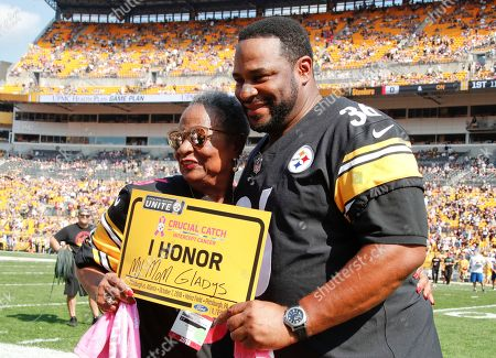 Former Pittsburgh Steelers running back Jerome Bettis, right, stands with his mother Gladys Bettis, a cancer survivor, as part of the NFL Crucial Catch cancer awareness event before an NFL football game between the Pittsburgh Steelers and the Atlanta Falcons, in Pittsburgh