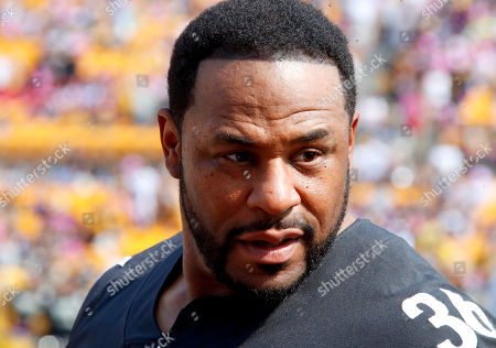 Former Pittsburgh Steelers running back Jerome Bettis, right, participates in the NFL Crucial Catch cancer awareness event before an NFL football game between the Pittsburgh Steelers and the Atlanta Falcons, in Pittsburgh