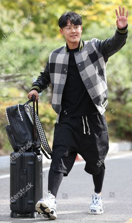 South Korean midfielder Lee Seung-woo, who plays for Hellas Verona in Italy, waves to reporters as he enters the National Football Center in Paju, north of Seoul, 08 October 2018. The South Korea team prepares for two friendlies against Uruguay in Seoul on 12 October and in Cheonan, 90 kilometers south of Seoul, on 16 October 2018.