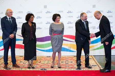 Swiss Federal President Alain Berset (R) shakes hands with Armenian Prime Minister Nikol Pachinian (2-R) next to Pachinian's wife Anna Hakobyan (C), Michaelle Jean (2-L), Secretary General of the International Organization of la Francophonie and her husband Jean-Daniel Lafond (L), during the official reception at the Francophonie Summit 2018 in Yerevan, Armenia, 11 October 2018.