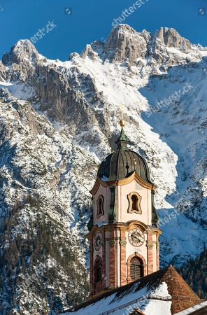 Parish church St. Peter and Paul, Mittenwald, behind Karwendel Mountains with snow, Werdenfelser Land, Upper Bavaria, Bavaria, Germany