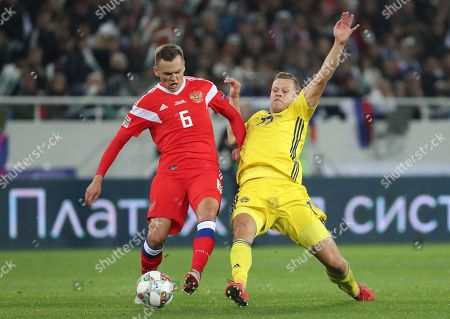 Denis Cheryshev of Russia (L) in action against John Guidetti of Sweden  during the UEFA Nations League soccer match between Russia and Sweden, in Kaliningrad, Russia, 11 October 2018.
