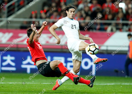 Edinson Cavani (R) of Uruguay in action against Kim Young-gwon (L) of South Korea during the International Friendly soccer match between South Korea and Uruguay at the Sangam Wourl Cup Stadium in Seoul, South Korea, 12 October 2018. South Korea won 2:1.