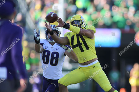 Oregon Ducks linebacker Isaac Slade-Matautia (41) almost intercepts a ball intended for Washington Huskies tight end Drew Sample (88) during a game between the Washington Huskies and Oregon Ducks at Autzen Stadium in Eugene, OR. Oregon defeated Washington 30-27 in overtime