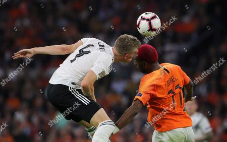 Matthias Ginter, Ryan Babel /   /    /       / Sport / Football / UEFA Nations League /   National Team DFB  /  2018/2019 / 13.10.2018 / Netherlands NED VS. Germany GER /  DFL regulations prohibit any use of photographs as image sequences and/or quasi-video. /