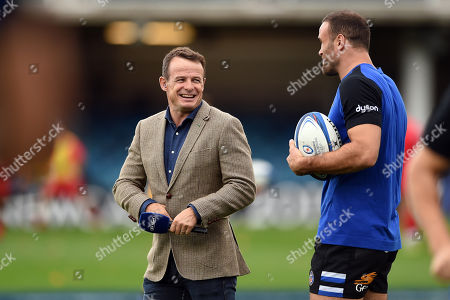 Austin Healey has a word with Jamie Roberts of Bath Rugby prior to the match