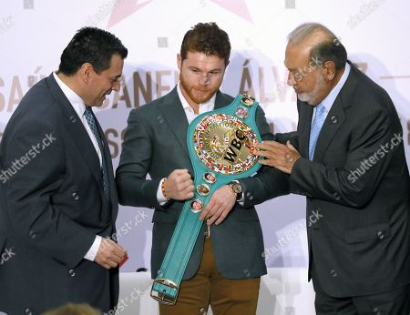 Mexican boxer Saul 'Canelo' Alvarez (C), WBC middle weight champion, poses with Mexican businessman Carlos Slim (R) and President of the World Boxing Council (WBC) Mauricio Sulaiman (L) during a press conference, in Mexico City, Mexico, 15 October 2018.