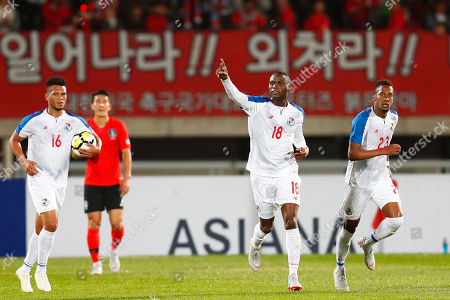Abdiel Arroyo (2-R) of Panama celebrates after scoring his team's first goal during the International Friendly soccer match between South Korea and Panama at Cheonan Sports Complex in Cheonan, South Korea, 16 October 2018.