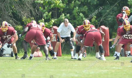 Stockfoto von Offensive Line Coach Joe Bugel (in white) puts his players through some drills