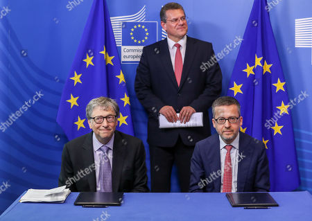 European Commission Vice-President for Energy Union Maros Sefcovic (C) ,EU Commissioner responsible for Research, Science and Innovation, Portuguese, Carlos Moedas (R) and Microsoft founder and co-founder of the Bill and Melinda Gates Foundation and chairman of Breakthrough Energy Ventures Bill Gates during a signing ceremony to establish the Breakthrough Energy Europe investment fund at the European Commission in Brussels, Belgium, 17 October 2018.