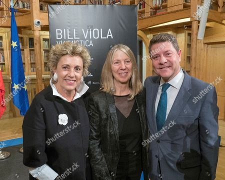 The President of Castilla la Mancha, Emiliano Garcia-Page (R) poses with the exhibition commissioner Kira Perov (C) and the Eulen Art Director Carmen Olivie (L) during the presentation of the exhibition 'Via mistica' on US artist Bill Viola, in Cuenca, Spain, 18 October 2018.